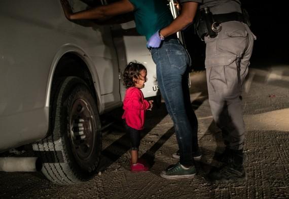 'Crying Girl on the Border' de John Moore (EE.UU)